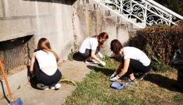 Класнето и приврзаниците го исчистија дворот на старата општинска зграда