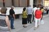 Од Здружението на пензионери делеа шишиња со вода на граѓаните кои во жешкото чекаа редици пред банките и на други места